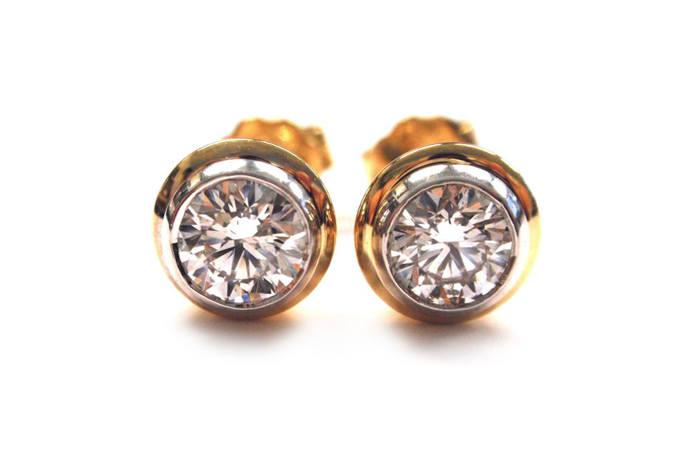 Double bezel two tone doughnut style diamond studs