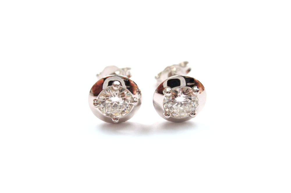 Brilliant cut round diamonds claw set into white gold disc earrings